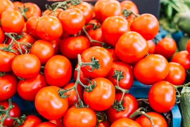 新鮮な赤いトマトのヒープ