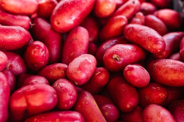 新鮮な有機赤いジャガイモのヒープ