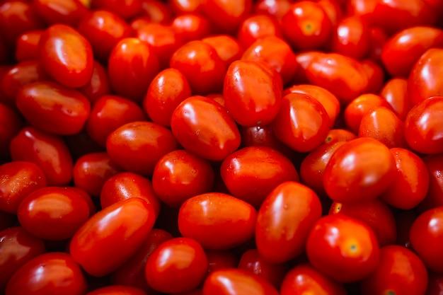赤い新鮮なトマトのヒープ