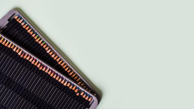色とりどりの背景に色鉛筆パレット