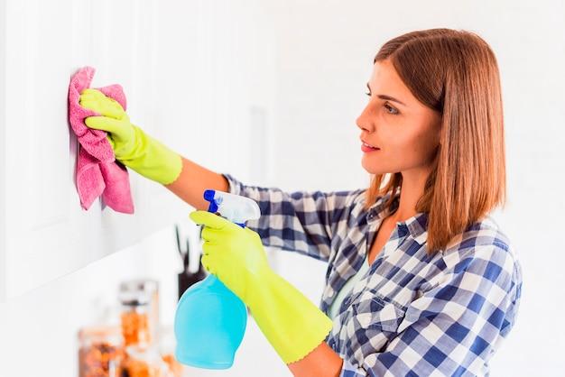 家を掃除する若い女性