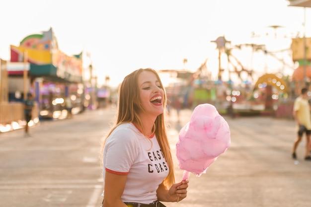 遊園地の幸せな若い女の子