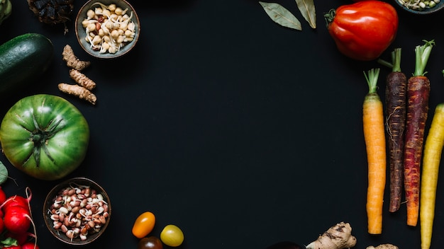 黒背景に様々な生野菜の高い角度のビュー