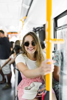 バスの若い女の子