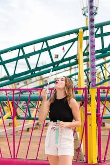 Красивая молодая женщина в парке развлечений