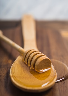 Медовый ковш на деревянной ложке с медом