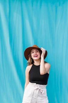 Счастливая молодая девушка в парке развлечений