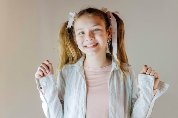 色の背景に笑顔の女の子の肖像画