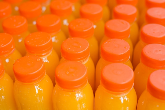 オレンジ色の閉じたふた付きのプラスチックボトルのフルーツジュース