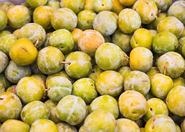Крупный план зеленых слив или овощей