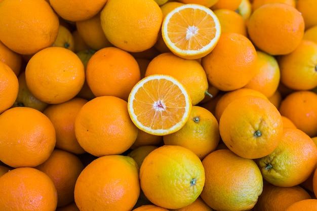フルーツの山の上に半分のオレンジ
