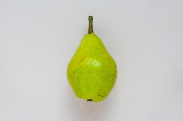 白い背景に緑色の梨