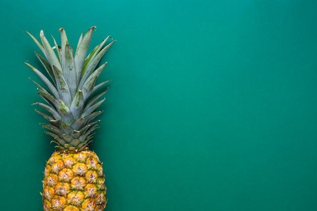 緑色の背景に新鮮なパイナップル