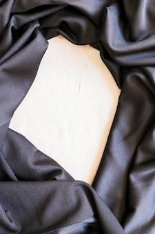 Крупный план формирования гладкой черной ткани