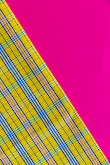 ピンク色の背景に市松模様の織物のクローズアップ