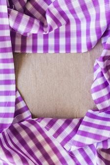 紫色の格子縞のテーブルクロスを形成するフレームの高さのビュー