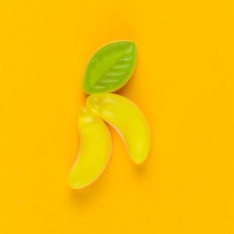 黄色の背景にバナナキャンディーの高い角度のビュー