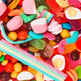 カラフルな甘いキャンディーの異なるタイプ