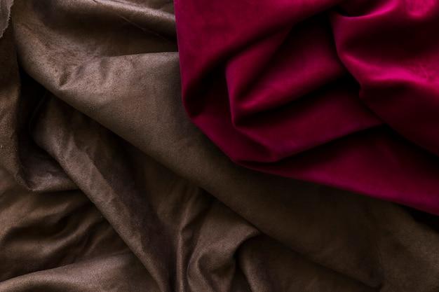絹のようなマゼンタと茶色のカーテンのクローズアップ