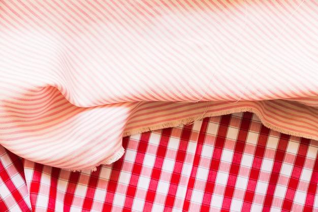 赤いギンガムの衣服に縞模様の折り畳まれた布
