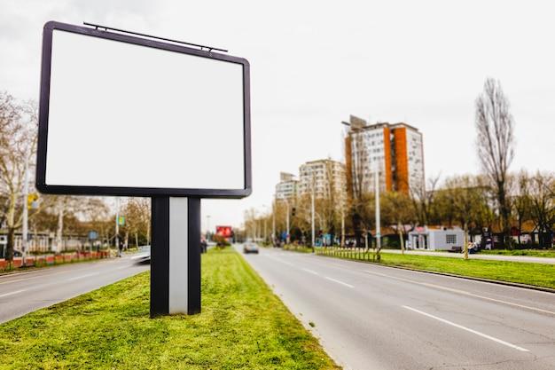 広告に役立つ街の道路上のブランクの掲示板