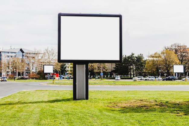 都市の道路上の小さな広告看板のクローズアップ