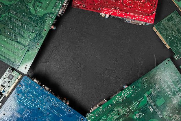 黒い背景にコンピュータの回路基板の高い角度のビュー