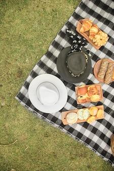 ブランケット上の木製トレイ上の帽子と焼きたてのパンのオーバーヘッドビュー