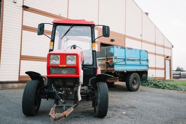 納屋の外のトラクター