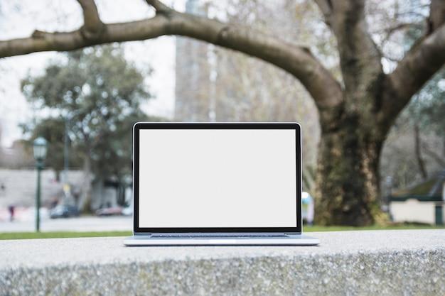 公園、ベンチ、白い、スクリーン、ノートパソコン、クローズアップ