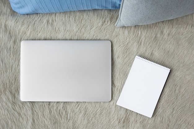 ソファー、ノートパソコン、らせん、メモ帳