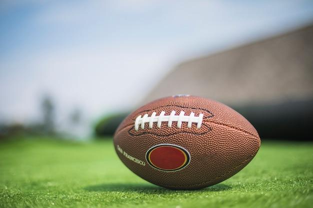 緑の芝生にラグビーボール