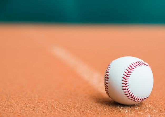 投手の墳丘に白い野球
