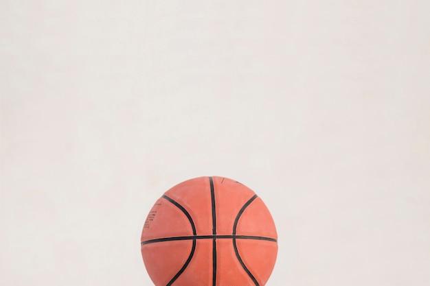 白い背景にバスケットボールの高い角度のビュー