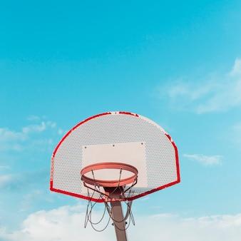 空へのバスケットボールのフープの低い角度のビュー