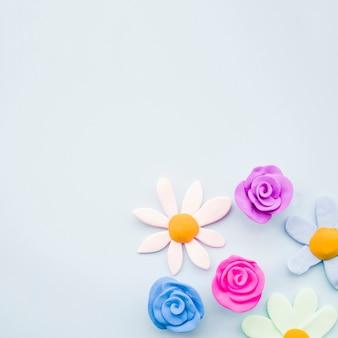 灰色の背景に粘土花の異なるタイプ