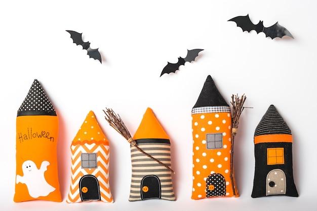 手作りの城の塔の上の紙のコウモリ