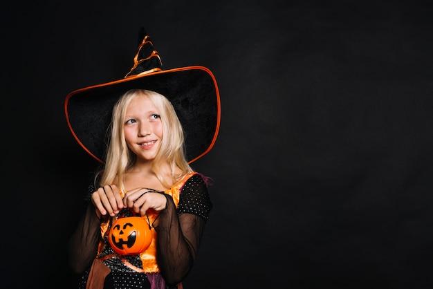 かわいい若い帽子の魔女