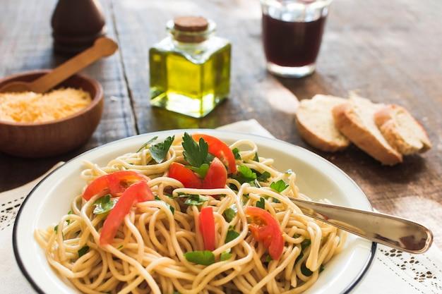 Вкусные спагетти с сыром и хлебом