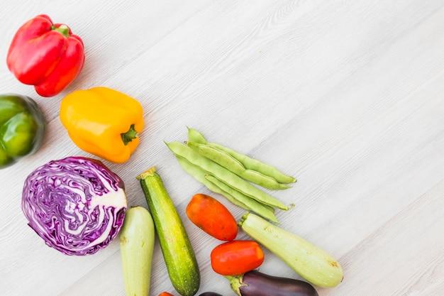 木製の表面上の新鮮な健康的な野菜