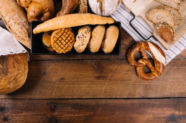 木製のテクスチャの背景に焼きたてのパン
