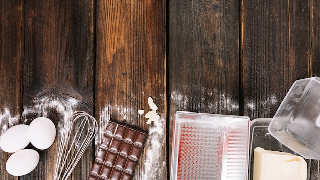 木製の板張りの台所用品でケーキの成分を焼く