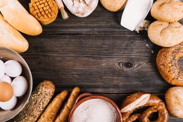 テキストのスペースがあるテーブル上の焼きたてのパンの様々