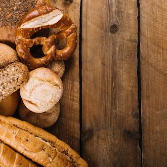 テキストのためのスペースと木製テーブル上の焼きたてのパン