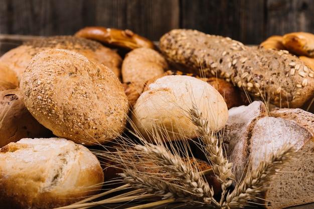 焼きたてのパンの前に小麦の耳
