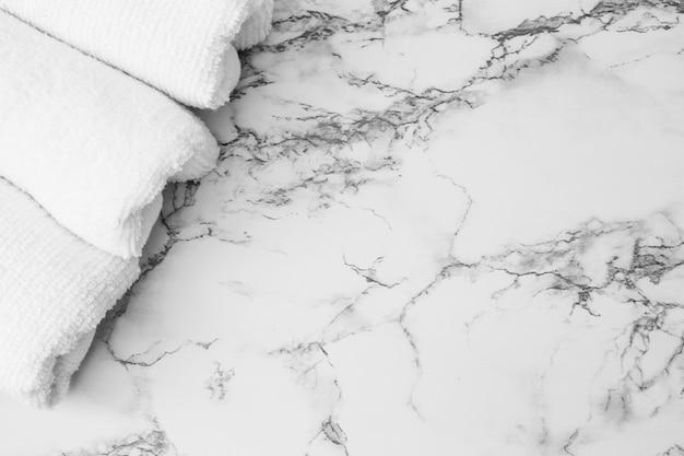大理石の背景に白いタオルの高い角度のビュー