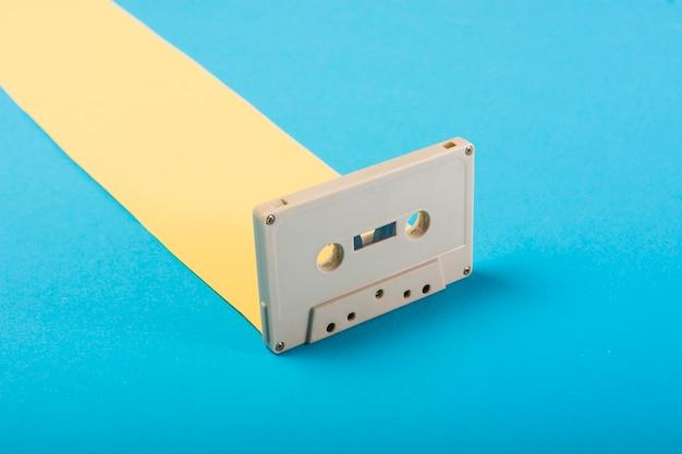 青い背景にレトロなカセットテープ