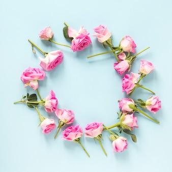 青い背景にピンクのバラの高さのビュー
