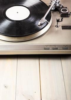 木製、テーブル、ターンテーブル、ビニール、レコードプレーヤーのクローズアップ