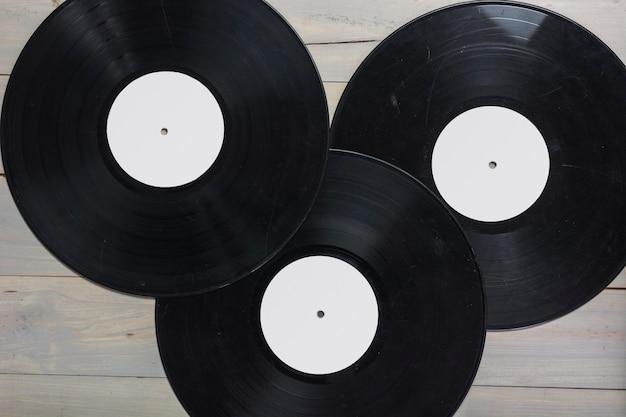 木製のテーブル上のビニールレコードのクローズアップ